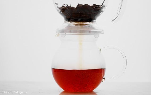 CASUAL PRODUCT パーフェクト C&T ブリューワー ラウンドで抽出完了した紅茶をポットに下から注ぐ